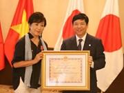 Conceden orden de amistad a directora japonesa por apoyo a víctimas vietnamitas de dioxina