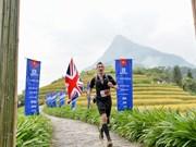 Maratonistas profesionales y aficionados compiten en carrera de montaña en Vietnam