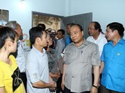 Premier de Vietnam urge a mejorar calidad de vida de obreros