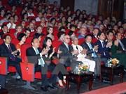 Premier de Vietnam asiste al programa artístico por centenario de la Revolución de Octubre