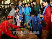 Cónyuges de líderes de las economías de APEC se impresionan ante cultura vietnamita