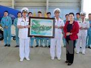 Presidenta de la Asamblea Nacional de Vietnam visita unidades navales en Khanh Hoa