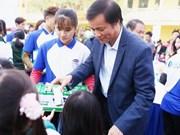 Entregan en Vietnam becas a alumnos de pocos recursos