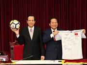 Premier vietnamita subastará camiseta de selección nacional por motivo caritativo
