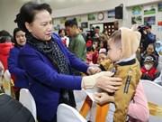 Presidenta parlamentaria visita niños con cáncer en ocasión del Tet