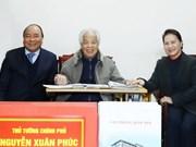 Premier y presidenta parlamentaria de Vietnam visitan a exdirigente político