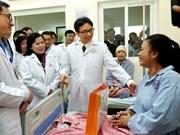 Vicepremier vietnamita visita a médicos y enfermos del Hospital K