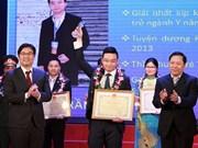 Honran a diez médicos jóvenes destacados de Hanoi