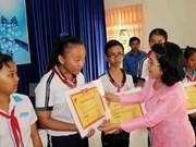 Fondo de becas Vu A Dinh brinda alegría a alumnos  necesitados vietnamitas