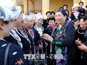 Subjefa parlamentaria entrega regalos a pobres en Tuyen Quang