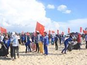 Miles de vietnamitas por limpiar el ambiente marítimo en Quang Tri
