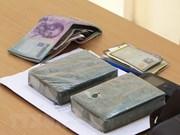 Guardia fronteriza de Vietnam detiene a contrabandista de heroína