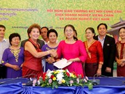 Efectúan conferencia de cooperación entre empresas vietnamitas y laosianas
