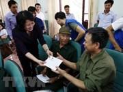 Funcionarios vietnamitas entregan regalos a inválidos y mártires de guerra