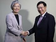 Canciller de Vietnam se reúne con homólogos regionales en Singapur