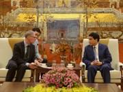 Presidente del Comité Popular de Hanoi dialoga con funcionario de la embajada de Alemania