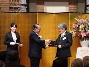 Recibe escritor vietnamita premio de diario japonés
