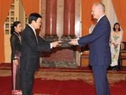 Presidente vietnamita recibe embajadores de UE y Angola