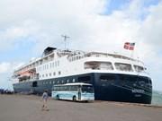 Ancla crucero de cinco estrellas en puerto vietnamita