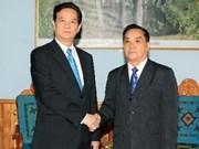 Premier vietnamita continúa visita en Laos