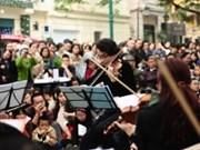 Concierto callejero combina música tradicional con experimental