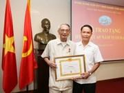 Exdirector general de VNA recibe distinción partidista
