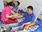Miles jóvenes vietnamitas donan sangre en Domingo Rojo