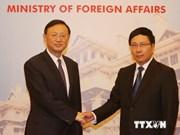 Vicepremier vietnamita dialoga con consejero de Estado chino