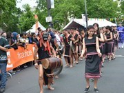 Resuena el gong vietnamita en carnaval tropical en París