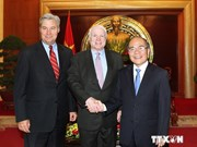 Presidente parlamentario de Vietnam recibe a senadores de EE.UU.