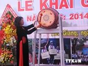 Asisten dirigentes vietnamitas a inicio de curso escolar