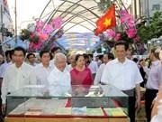 Premier vietnamita visita festivales primaverales de flores y libros