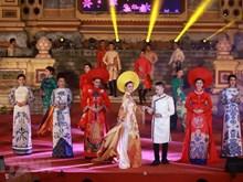 [Fotos] Actuaciones de Ao Dai brillan la noche en la Ciudadela de Hue