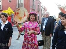 Destacados trajes tradicionales de Vietnam en calles de México