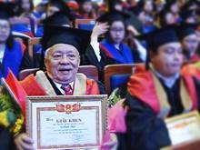 Hombre vietnamita de 85 años de edad recibe máster en Administración