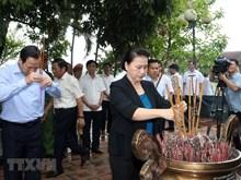 (Foto) Presidenta del Parlamento entrega regalos a inválidos de guerra
