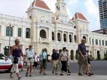 Turistas extranjeros exploran Ciudad Ho Chi Minh, urbe que nunca duerme