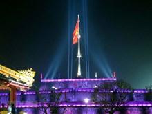 [Fotos] Belleza de asta de bandera en ciudad imperial de Hue por la noche