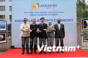 Izan bandera de ASEAN en Praga por aniversario 50 del bloque sudesteasiático