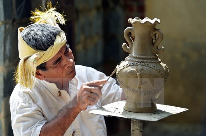 Exhiben productos de cer mica y brocado del pueblo cham for Articulos de ceramica
